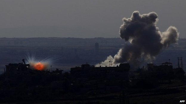Smoke billows from buildings in the village of Qahtania in the Syrian Golan Heights (13 May 2014)
