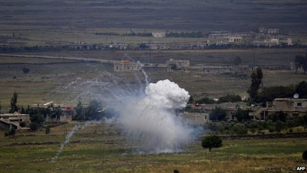 Smoke billows from an explosion in the village of Qahtania in the Syrian Golan Heights (13 May 2014)