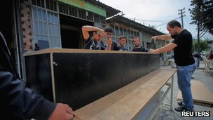 Men work on a coffin in a carpenter's shop in Soma, a district in Turkey (14 May 2014)
