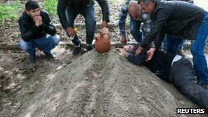 Grieving relative on the grave of a miner in Soma (14 May 2014)