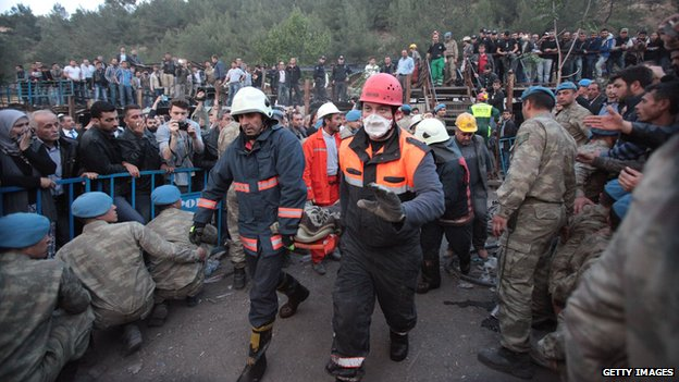 Rescuers carry out the body of a miner in Soma on 15 May 2014