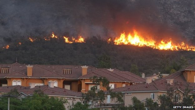 Fire rages above an apartment complex in San Marcos, California, 14 May 2014