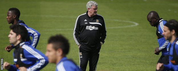 Hull City manager Steve Bruce watches his players warm-up in training ahead of the FA Cup final