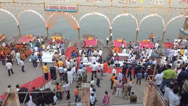 People wait by the Ganges in Varanasi ahead of Narendra Modi's arrival 17/05/2014