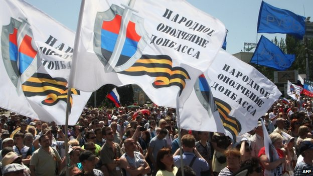Pro-separatist supporters attend a rally waving flags for the so-called People's Republic of Donetsk (18 May 2015)