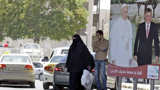 A poster showing Pope Francis and King Abdullah II of Jordan in Amman (18 May 2014)