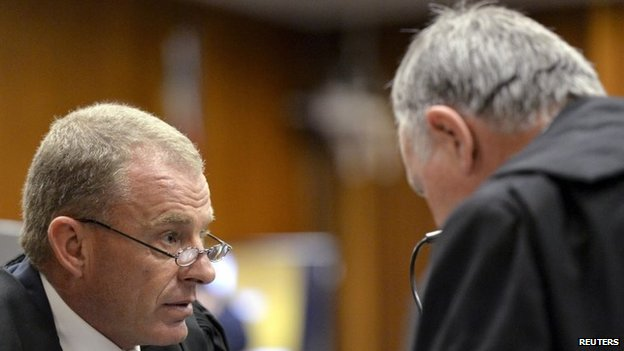 Prosecutor Gerrie Nel (l) and defence lawyer Barry Roux