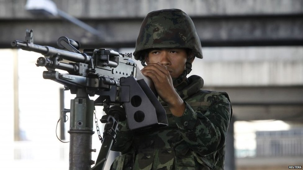 A Thai soldier mans a machine gun in central Bangkok (20 May 2014)