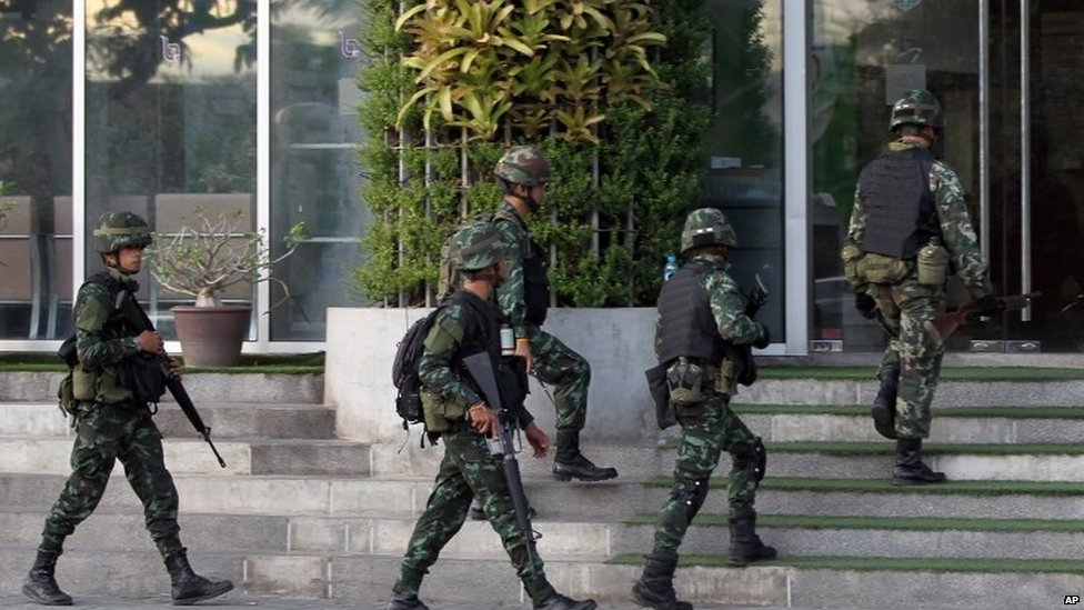 Thai soldiers walk in to the National Broadcasting Services of Thailand (NBT) building (20 May 2014)