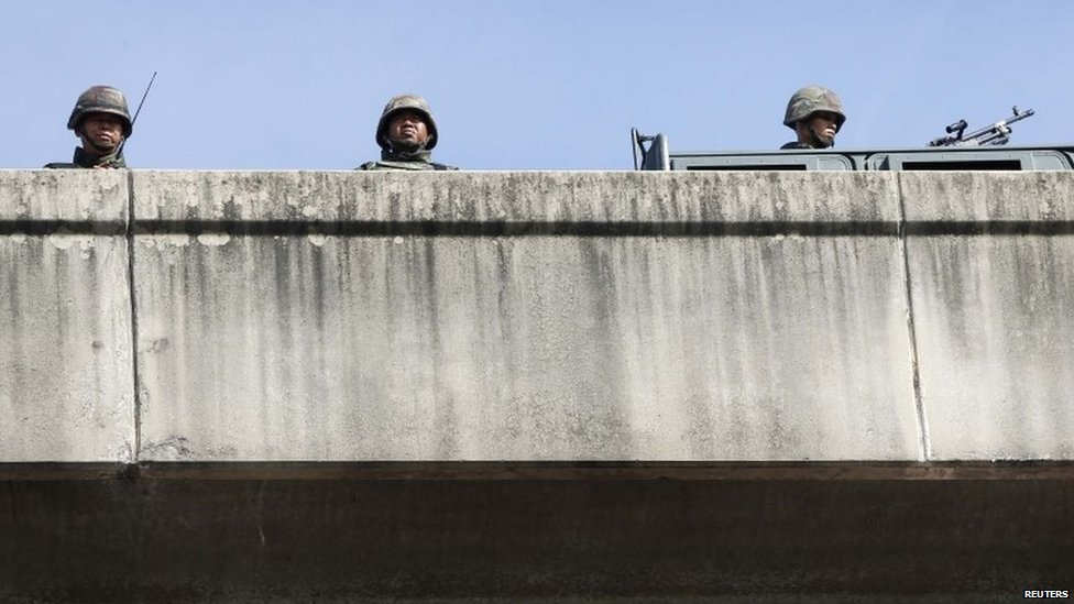 Thai soldiers take up a position on a bridge in Bangkok (20 May 2014)