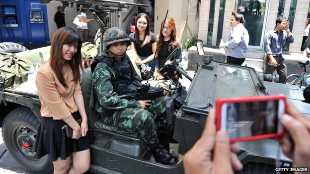 Girls posing with a soldier in Bangkok (20 May 2014)