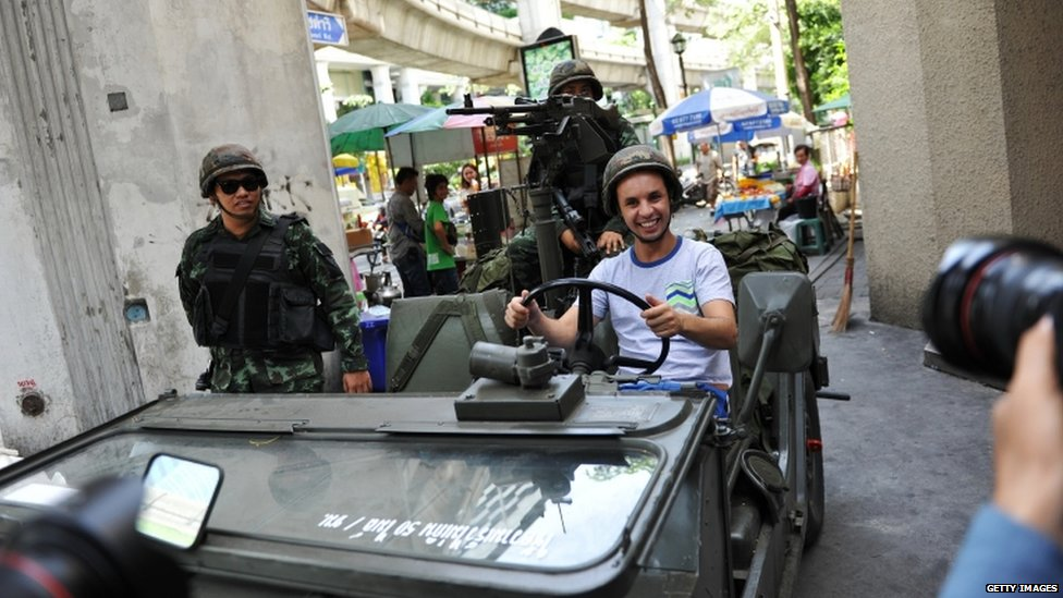 Tourist poses with soldiers in Bangkok (20 May 2014)