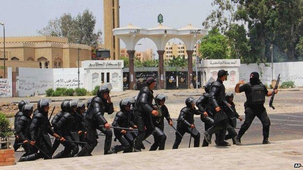 Egyptian riot police deployed outside al-Azhar University in Cairo (16 May 2014)