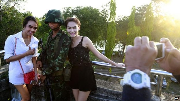 Thai soldier and passers-by in Bangkok (20 May 2014)