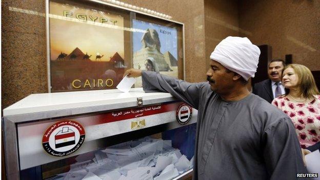 Egyptian in Dubai casts vote (15/05/14)