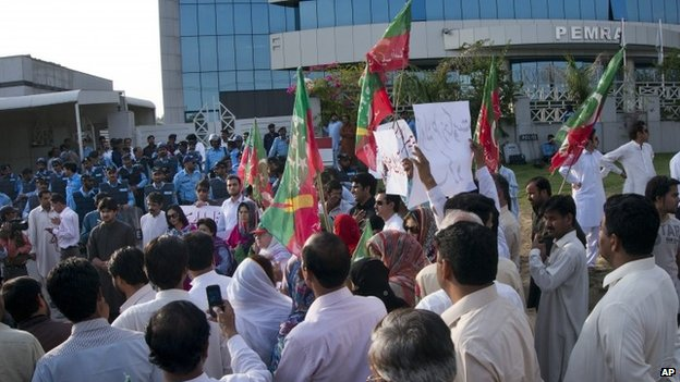 Supporters of the Pakistan Tehreek-e-Insaf party led by former test cricketer Imran Khan rally against Geo TV outside the Pemra offices in Islamabad