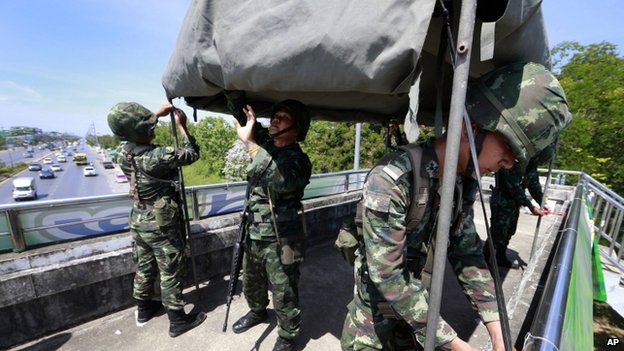 Thai soldiers set up tent on a pedestrian bridge near the pro-government demonstration site on the outskirts of Bangkok, Thailand Wednesday, 21 May 2014