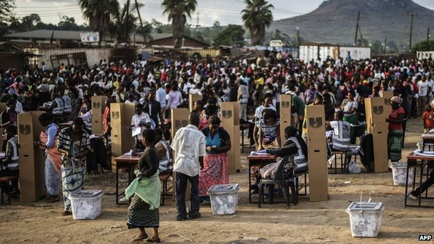 Hundreds of residents from the Ndirande township queue to vote on 21 May 2014, in Blantyre, Malawi
