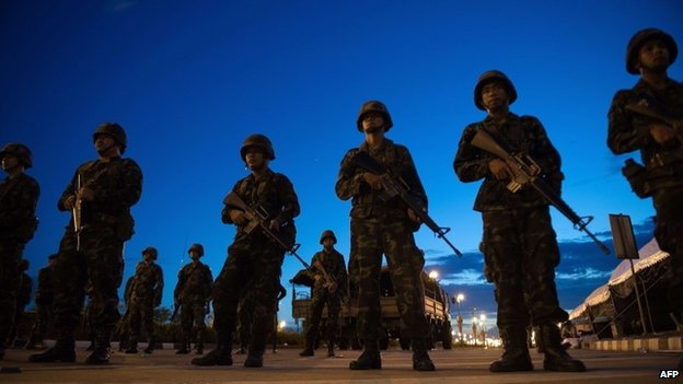 Thai soldiers stand guard outside the entrance to the pro-government Red Shirts protest camp in Bangkok (22 May 2014)