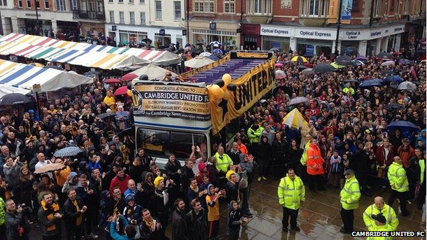 Cambridge United open-top bus tour arrives in Cambridge Market Place