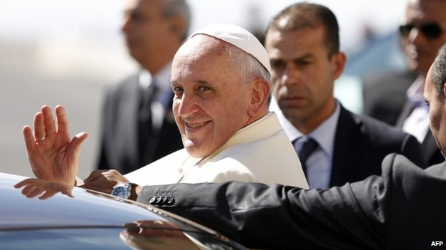 Pope Francis waves upon his arrival at the helipad of the West Bank Biblical town of Bethlehem on 25 May 2014