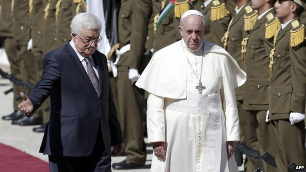 Pope Francis and Palestinian leader Mahmoud Abbas (left) review troops as they arrive at the presidential palace on 25 May 2014