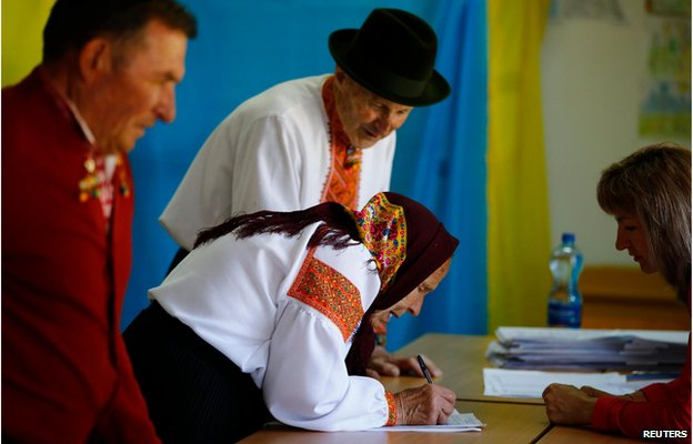 Couple queue to receive ballot papers, Kosmach, western Ukraine (25 May)