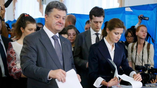 Presidential front-runner Petro Poroshenko and his wife Maryna voting in Kiev (25 May)