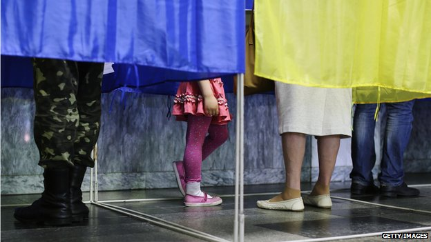 Voters in Kiev in polling booths (25 May)