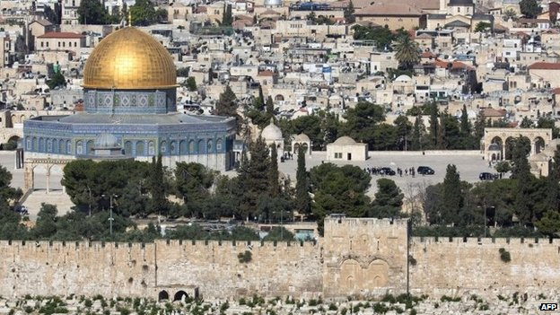 Pope Francis' convoy on the al-Aqsa mosque compound in Jerusalem's Old City (26 May 2014)