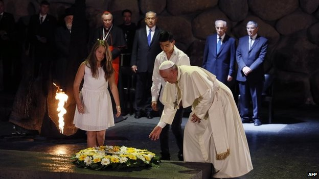 Pope Francis lays a wreath at Yad Vashem's Hall of Remembrance (26 May 2014)