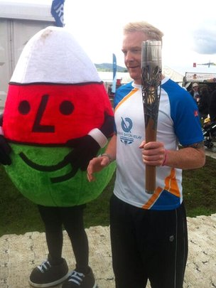 Iwan Thomas with Mister Urdd