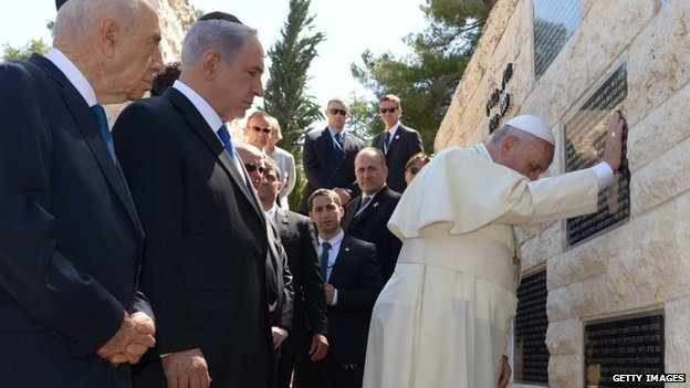 Pope prays at a memorial for Israeli civilians killed in attacks by Palestinian militants on Mount Herzl (26 May 2014)