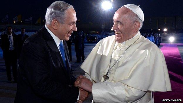 Papa Francesco stringe la mano con il primo ministro israeliano Benjamin Netanyahu, come si parte a Ben Gurion International Airport - 26 26 maggio 2014