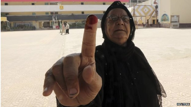 Voter shows inked finger in Cairo (27/05/14)