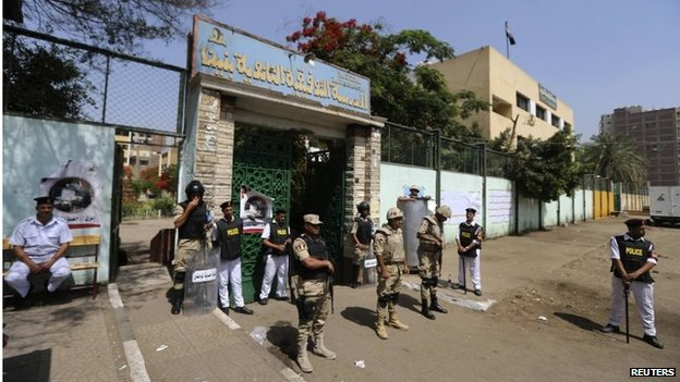 Security personnel outside polling station in Cairo (27/05/14)