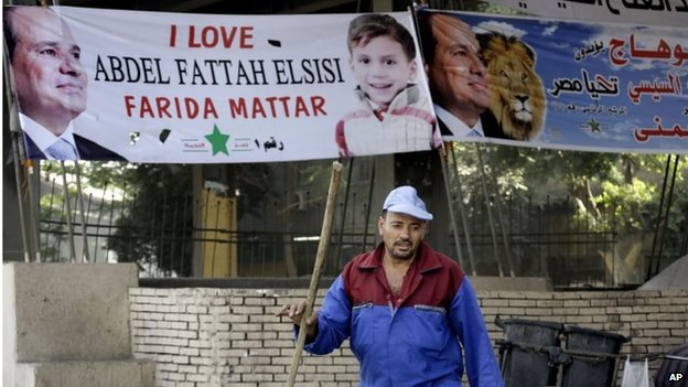 Street cleaner in front of pro-Sisi banner in Cairo (27/05/14)