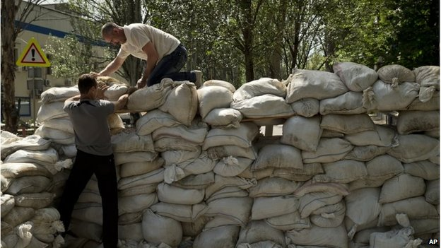 Residents build a sandbag shooting position on the road to the airport in Donetsk (27 May 2014)