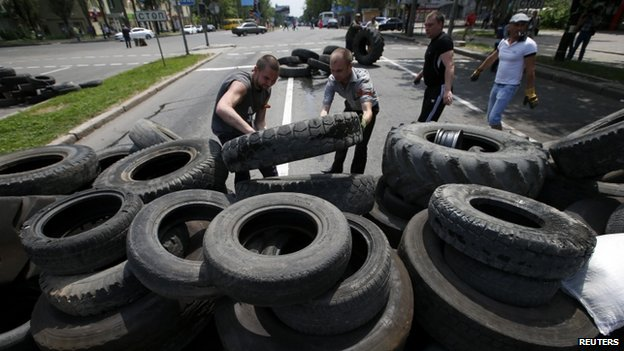 Separatists in Donetsk erect a barricade, 28 May