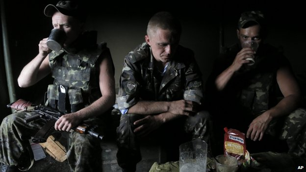 Ukrainian soldiers at a checkpoint outside Sloviansk (29 May 2014)