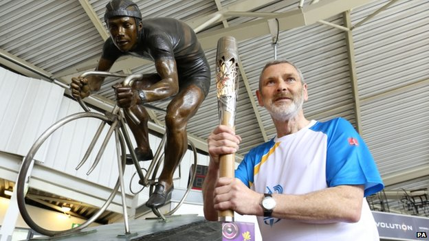 Alan Boyle with the Reg Harris MBE statue