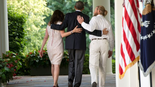 President Barack Obama walks with the parents of Sgt. Bowe Bergdahl, Jani Bergdahl (L) and Bob Bergdahl (R) at the White House on 31 May 2014