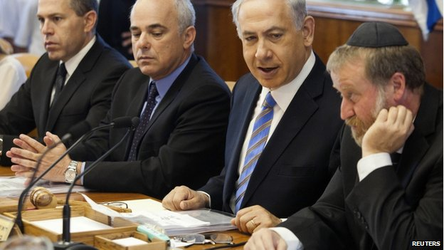 Benjamin Netanyahu (2nd from right) and cabinet members in Jerusalem (1 June 2014)