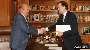 Juan Carlos (left) shakes hands with Mariano Rajoy, 2 June 2014
