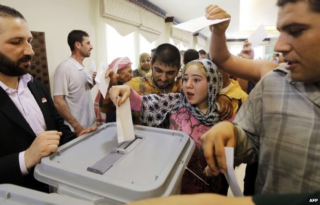 Syrians vote in the presidential election at the Syrian embassy in Beirut, Lebanon (28 May 2014)