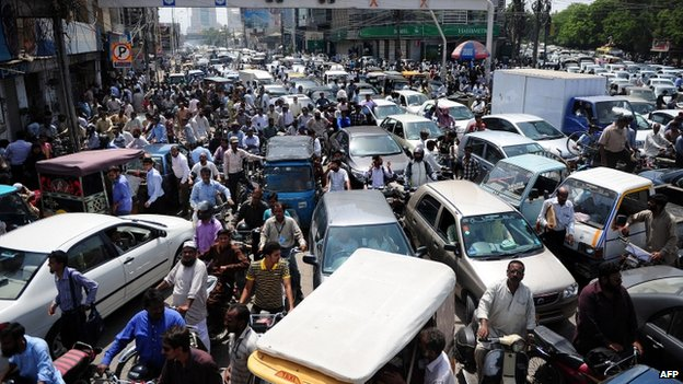 Pakistani commuters stuck in a traffic jam in Karachi following the arrest of Altaf Hussain (3 June 2014)