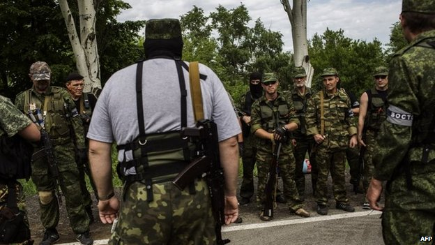 Pro-Russian militants listen to instructions during a briefing at a check-point, on the road between Donetsk and Mariupol, eastern Ukraine, 25 May 2014