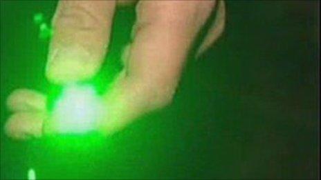 将激光笔对着直升机和飞机的飞行员能使他们暂时致盲.
