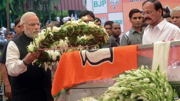 PM Narendra Modi lays a wreath over Gopinath Munde's body at the BJP headquarters in Delhi on June 3, 2014