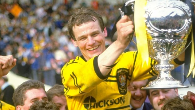 John Joyner holds the trophy aloft as Castleford win the 1986 Challenge Cup